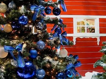 """Advent, Advent, das Bäumchen brennt!? Bild oben piqs.de, ArgonR, """"Baumschmuck"""" (CC BY 2.0 DE)"""