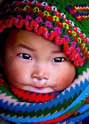 """Erkältungen vorbeugen Bild oben piqs.de, Bùi Linh Ngân, """"H Mong babygirl m mèo nh"""" (CC BY 2.0 DE)"""