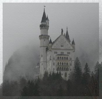 """Märchenschloss Neuschwanstein in Schwangau Ratgeber Bild mittig piqs.de, Traumfänger, """"Neuschwanstein im Nebel"""" (CC BY 2.0 DE)"""