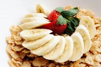 """Wie wichtig ist das Frühstück wirklich? Bild oben piqs.de, Ralph Daily, """"Cereal and Bananas!"""" (CC BY 2.0 DE)"""