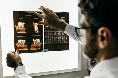 Zahnzusatzversicherung: wann ist sie sinnvoll? Anleitung Bild mittig-oben unsplash.com; Jonathan Borba