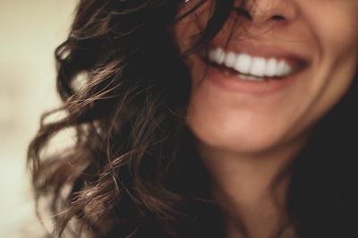 Zahnzusatzversicherung: wann ist sie sinnvoll? Erfahrung Bild unten unsplash.com; Lesly Juarez
