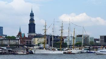 Urlaub in Hamburg Bild oben Abbildung 1: Der Hamburger Michel prägt die Skyline der Stadt - pixabay.com © PeterKraayvanger CC0 1.0