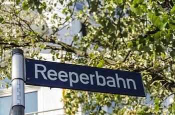 Urlaub in Hamburg Ratgeber Bild mittig Abbildung 3: Die Reeperbahn bei Nacht hat eine ganz besondere Atmosphäre, die Touristen erleben sollten - © dietwalther - fotolia.com