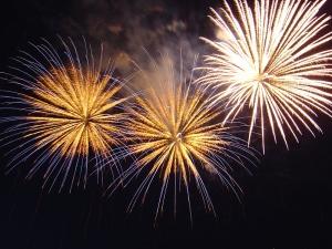 Silvesterurlaub im Ausland Bild oben An Silvester wird das alte Jahr mit buntem Feuerwerk verabschiedet (Quelle: Commons.wikimedia.org © Ondrejk (CC0 1.0))