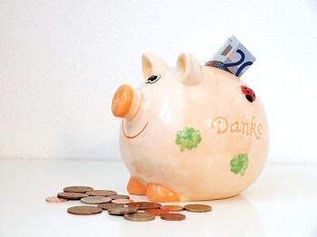 """Wie junge Leute auf ihr Geld achten Bild oben piqs.de, brandy74, """"Sparschweinderl"""" (CC BY 2.0 DE)"""